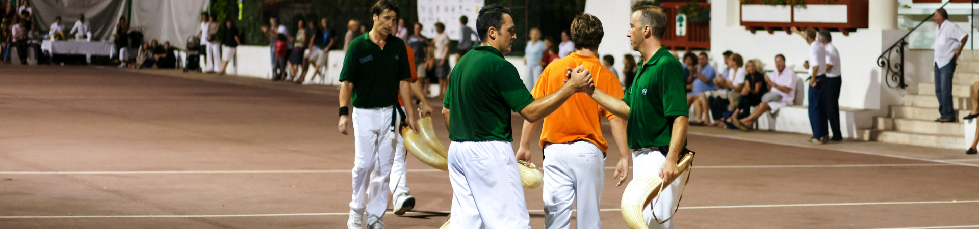 Jouer pelote basque pelotari cesta punta chistera fronton place libre