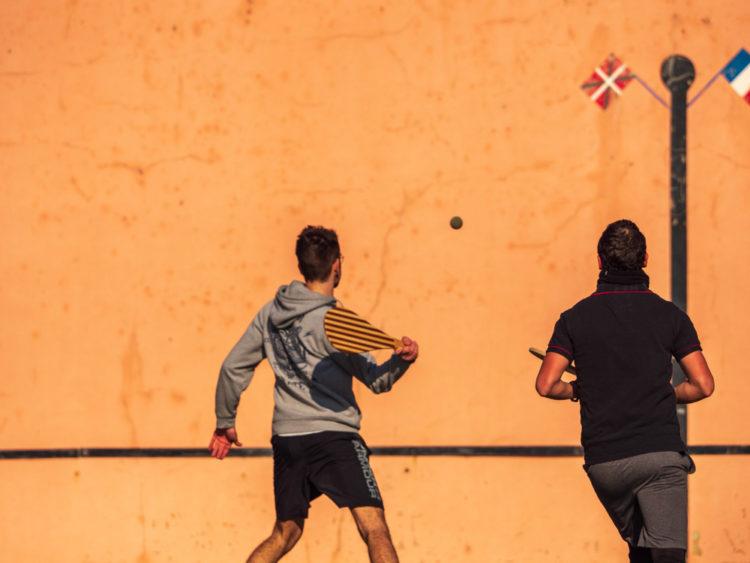 partie de pelote basque et de pala entre amis sur un fronton